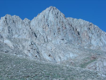 نمای دیواره زیر قله در انتهای تیغه منتهی به قله از مسیر روستای تلخاب